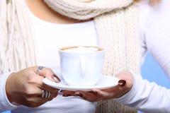 Weibliche Hände, die Schale heißen Lattekaffeecappuccino halten Stockfotografie