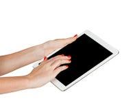 Weibliche Hände, die Tablette halten Lizenzfreie Stockbilder