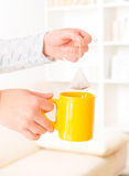 Weibliche Hände, die Teebeutel halten Stockbild