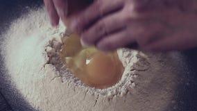 Weibliche Hände, die Teig für Teigwaren über schwarzer Tabelle machen Dunkle rustikale Art Im Retro- Filtereffekt stock footage