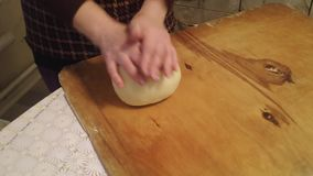 Weibliche Hände, die Teig im Mehl auf Tabelle, Handschuß kneten stock footage