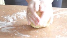 Weibliche Hände, die Teig im Mehl auf Tabelle kneten stock video footage