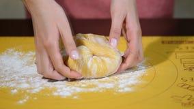 Weibliche Hände, die Teig im Mehl auf Tabelle kneten Bereitete den Honigkuchen vor stock footage