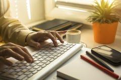 Weibliche Hände, die Text auf der Tastatur schreiben arbeit Stockfoto