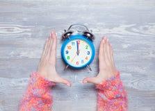 Weibliche Hände, die Uhr halten Stockfoto