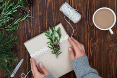 Weibliche Hände, die Weihnachtsgeschenk halten Stockfotografie