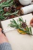 Weibliche Hände, die Weihnachtsgeschenk halten Lizenzfreie Stockfotografie