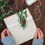 Weibliche Hände, die Weihnachtsgeschenk halten Stockbild