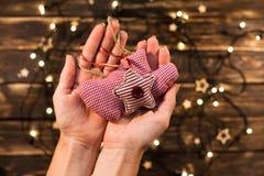 Weibliche Hände, die Weinleseweihnachtsspielwaren halten Lizenzfreie Stockbilder