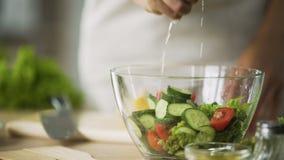 Weibliche Hände, die Zitrone schneiden und Salat mit frischem bitterem Saft würzen stock video footage