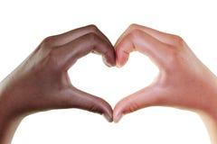 Weibliche Hände in Form von dem Herzen lokalisiert auf dem Weiß, multiethnisch Stockfoto