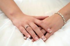 Weibliche Hände gekreuzt mit Verlobungsring Lizenzfreies Stockbild