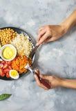 Weibliche Hände Gesunde Mittagessenschüssel des strengen Vegetariers auf konkretem Hintergrund lizenzfreie stockbilder