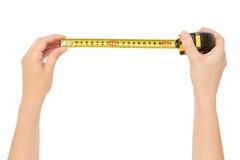 Weibliche Hände halten einen Maßband, die Größe zu messen Getrennt auf weißem Hintergrund stockfoto