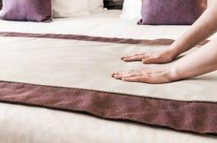 Weibliche Hände korrigierte Decke stockbild
