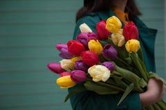 Weibliche Hände mit einem Blumenstrauß von Blumen stockfoto