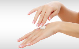 Weibliche Hände mit einer Feuchtigkeitscreme Stockfotografie