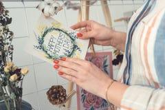 Weibliche Hände mit Grußkarte, glückliches Muttertageskonzept stockbild