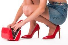 Weibliche Hände mit Handtasche lizenzfreies stockbild