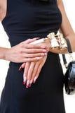 Weibliche Hände mit netter Kunstmaniküre Lizenzfreie Stockfotografie