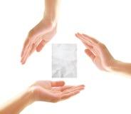 Weibliche Hände mit Papier Lizenzfreie Stockfotografie