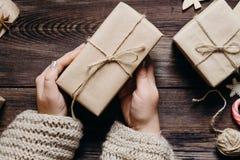 Weibliche Hände mit verzierten Weihnachtsgeschenken lizenzfreies stockfoto