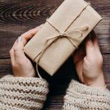 Weibliche Hände mit verzierter Weihnachtsgeschenkbox stockfoto