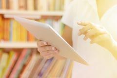 Weibliche Hände, Tablet-Computer ausnutzend Lizenzfreie Stockfotos