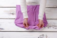 Weibliche Hände und purpurrotes violete Hemd stockfoto
