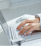 Weibliche Hände unter Verwendung des Laptops Stockbilder