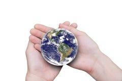 Weibliche Hände, welche die Erde lokalisiert auf weißem Hintergrund halten lizenzfreie stockfotografie