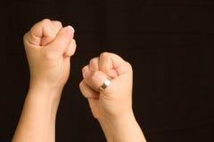 Weibliche Hände zusammengepreßt in die Fäuste betriebsbereit zu einem Kampf Lizenzfreies Stockbild