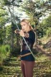 weibliche hölzerne Elfe, die einen Bogen schießt Lizenzfreies Stockfoto