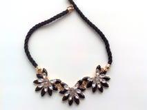 Weibliche Halskette um den Hals von Blumen Lizenzfreies Stockbild
