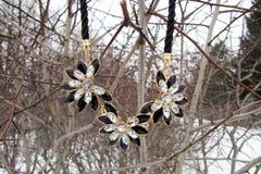 Weibliche Halskette um den Hals von Blumen auf der Straße Stockfoto