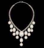 Weibliche Halskettenhochzeit mit Perlen auf einem schwarzen Hintergrund Stockfotos