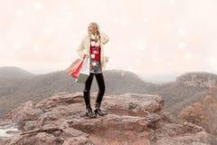 Weibliche haltene Einkaufstaschen ein winterliches Szene Weihnachten in den Bergen lizenzfreie stockfotos
