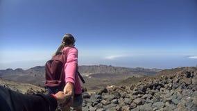 Weibliche haltene Mann ` s Hand auf dem Berg stock video