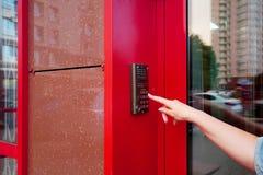 Weibliche Hand öffnet elektronischen Verschluss, indem sie Knöpfe drückt Sicherheits-Tastatur-Steuerung öffnet das Büro modern lizenzfreies stockbild