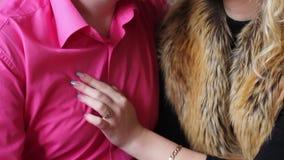 Weibliche Hand auf dem Kasten eines Mannes stock video
