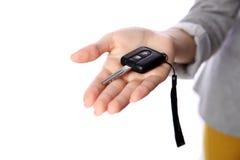 Weibliche Hand, die Autoschlüssel hält Lizenzfreies Stockfoto