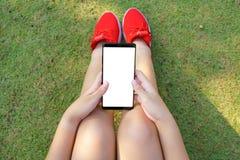 Weibliche Hand, die das Smartphone Schwarze hält Stockfotografie