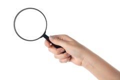 Weibliche Hand, die das Vergrößerungsglas anhält (getrennt Lizenzfreies Stockfoto