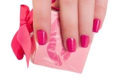 Weibliche Hand, die ein Geschenk anhält lizenzfreie stockfotografie