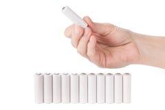 Weibliche Hand, die eine AA-Batterie hält Lizenzfreie Stockbilder