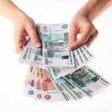 Weibliche Hand, die eine große Menge des russischen Geldrubels hält Lizenzfreie Stockfotografie