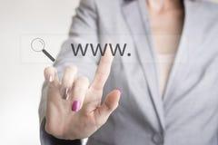Weibliche Hand, die eine Netzsuchstange mit WWW berührt und gl vergrößert Lizenzfreie Stockfotos