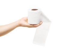 Weibliche Hand, die eine Rolle des Toilettenpapiers hält Lizenzfreies Stockbild