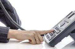 Weibliche Hand, die eine Telefonnummer wählt Stockfoto