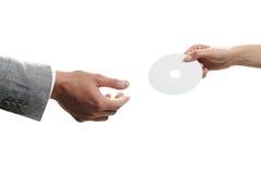 Weibliche Hand, die eine unbelegte Platte anhält Lizenzfreies Stockfoto